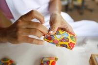 Produção de sabonetes com ervas naturais. Foto: Nidim Sanches